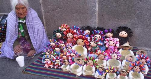 Una abuelita desilusionada pide ayuda tras viajar cientos de kilómetros para vender sus muñecas