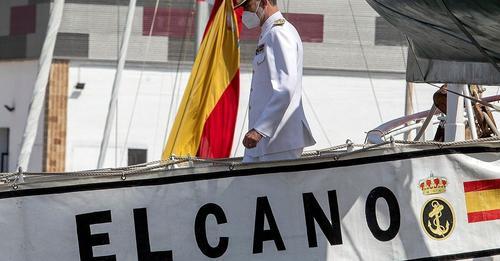 El Rey da la bienvenida al 'Juan Sebastián Elcano' a su llegada a Cádiz tras 10 meses de travesía