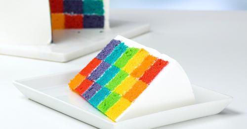 Un colorido pastel de cumpleaños para pequeños y grandes