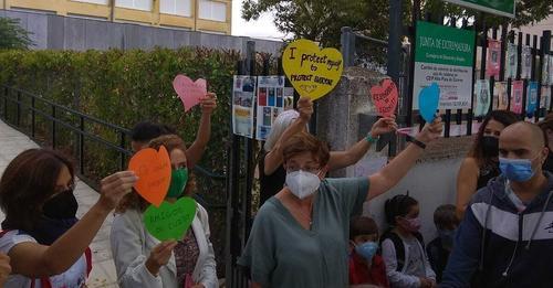 Las niñas 'negacionistas' de Cáceres vuelven al colegio con mascarillas