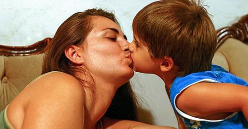 Una psicóloga explica por qué es mejor dejar de besar a los hijos en los labios