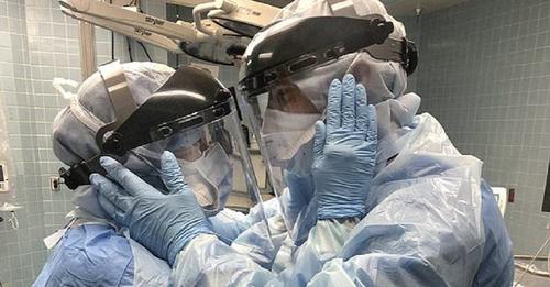 Una pareja de enfermeros se abraza en plena sala de urgencias convirtiéndose en símbolo de amor