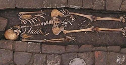 Mujer del siglo VII dio a luz a un niño después de morir y ser enterrada